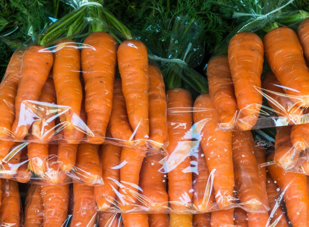 Морковь в полиэтиленовых мешках